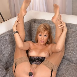 Charlyse Bella in 'DDF' High On Her Heels (Thumbnail 11)