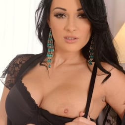 Nicole Smith in 'DDF' Made to be Ogled (Thumbnail 4)