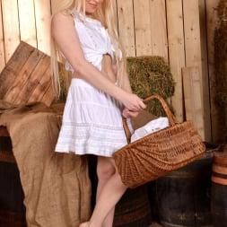 Lola Taylor in 'DDF' Barefoot Seductress (Thumbnail 1)
