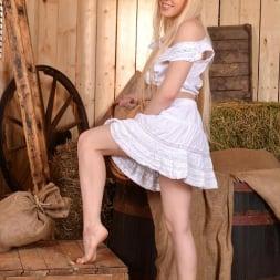 Lola Taylor in 'DDF' Barefoot Seductress (Thumbnail 2)
