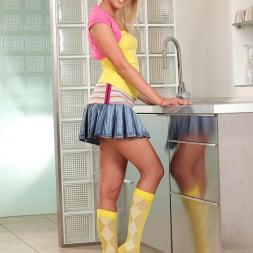 Tracy Gold in 'DDF' Kitchen Mischief (Thumbnail 2)