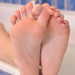 Chloé Toy in 'DDF' Toes In The Tub (Thumbnail 6)