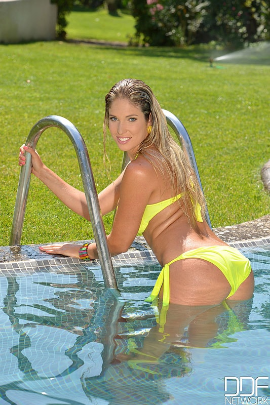 DDF 'Hot Babe Bikini Treat' starring Eva Parcker (Photo 3)